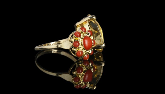 Gouden ring met citrien en bloedkoraal